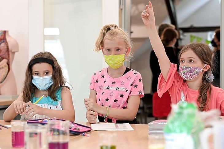 Nem ők veszélyeztetettek. Iskolások a düsseldorfi Kronsprinzenstrasse Általános Iskolában Németországban 2021. július 12-én. EPA/SASCHA STEINBACH
