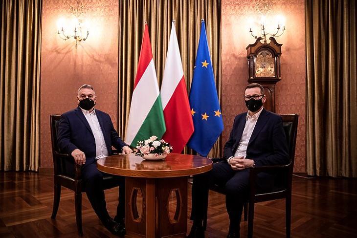 Tényleg győztek? Orbán Viktor és Mateusz Morawiecki találkozója Varsóban 2020. november 30-án. MTI/Miniszterelnöki Sajtóiroda/Fischer Zoltán