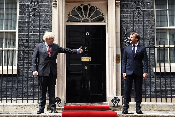 Boris Johnson üdvözli Emmanuel Macront a Downing Streeten 2020. június 18-án. EPA/ANDY RAIN