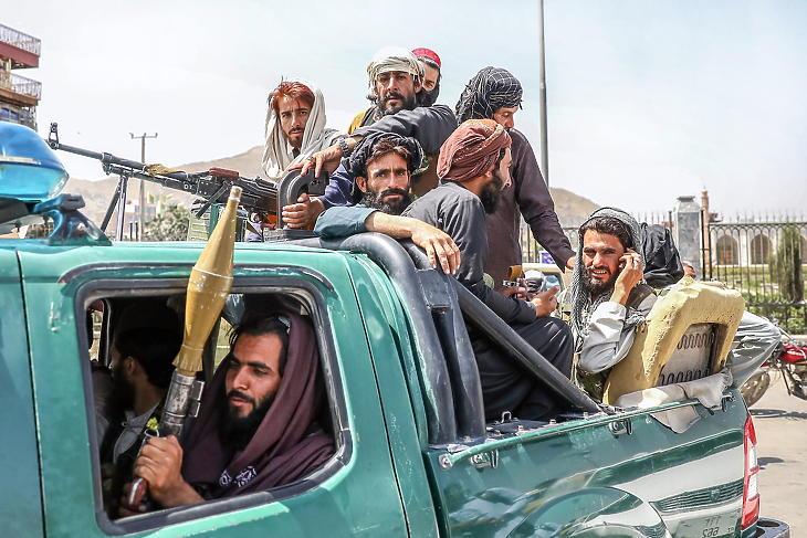 Iszlamista szélsőséges tálib fegyveresek járőröznek Kabulban 2021. augusztus 16-án. (Fotó: MTI/EPA/STRINGER)