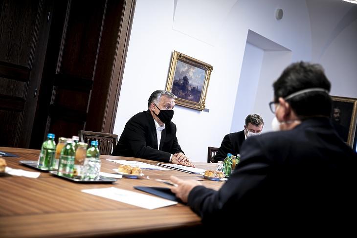 A Miniszterelnöki Sajtóiroda által közreadott képen Orbán Viktor miniszterelnök egy tanácskozáson vesz részt a Karmelita kolostorban 2020. november 7-én. MTI/Miniszterelnöki Sajtóiroda