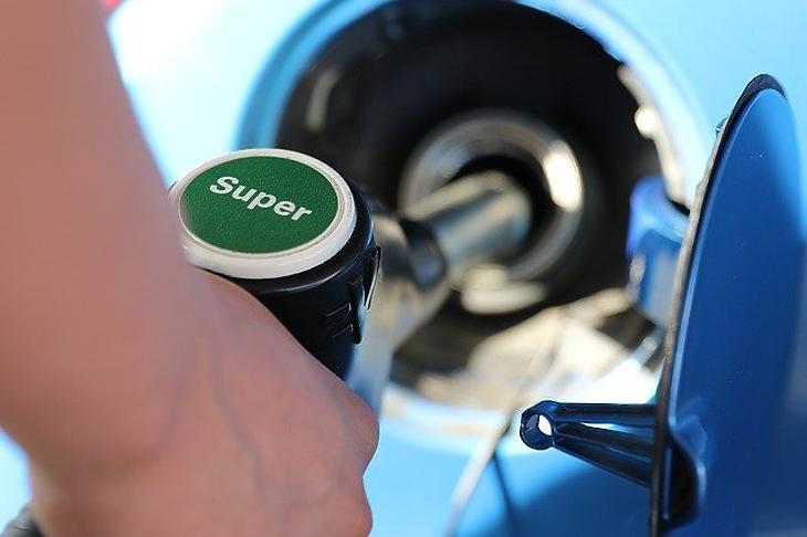 Benzinkútnál. A recesszió elviszi a hasznot.