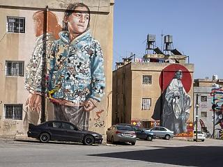 A nap képe: falra festett lány, kijárási tilalom, kihalt utca