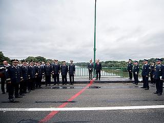 A nap képe: ha két ország rendőrsége egy hídon találkozik...
