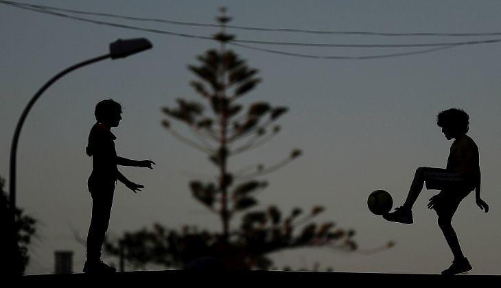 Gyerekek játszanak a Godella nevű településen Valencia közelében 2020. április 28-án. A gyerekek április 26. óta mehetnek ki ismét az utcákra Spanyolországban. EPA/KAI FOERSTERLING