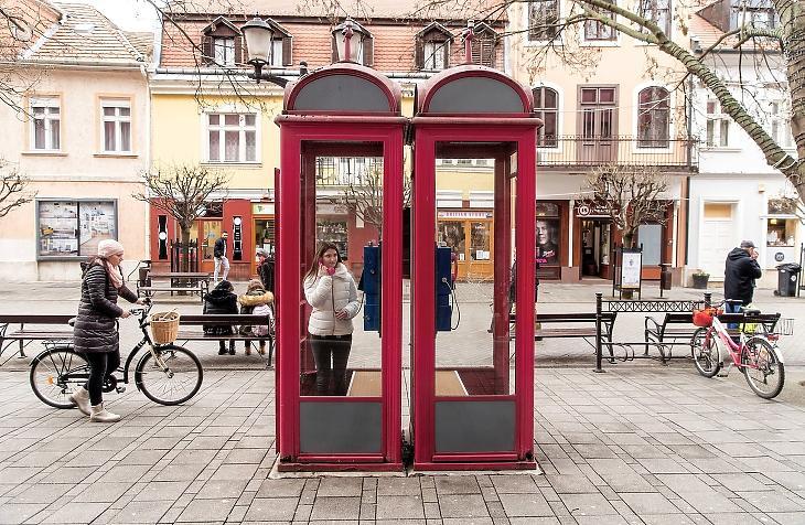 Telefonfülkék Győr belvárosában. Közel 93 éve, 1928. december 13-án helyezték üzembe az első magyarországi telefonfülkét. MTI/Krizsán Csaba