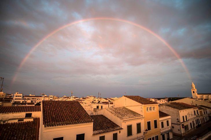 Szivárványos naplemente Menorcán 2020. június 8-án. EPA/David Arquimbau Sintes