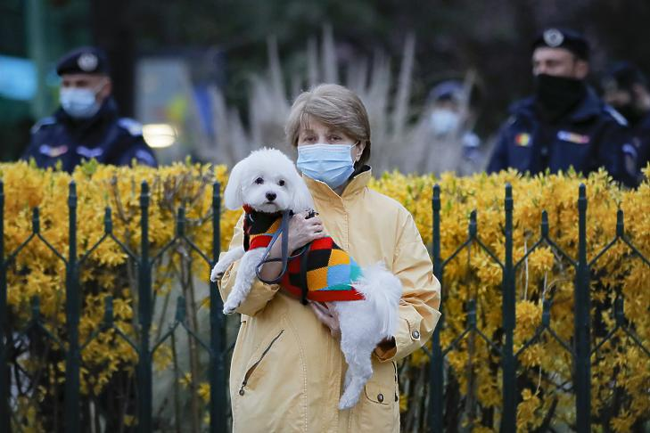 Javulnak a járványadatok – lazítanak a korlátozásokon Romániában