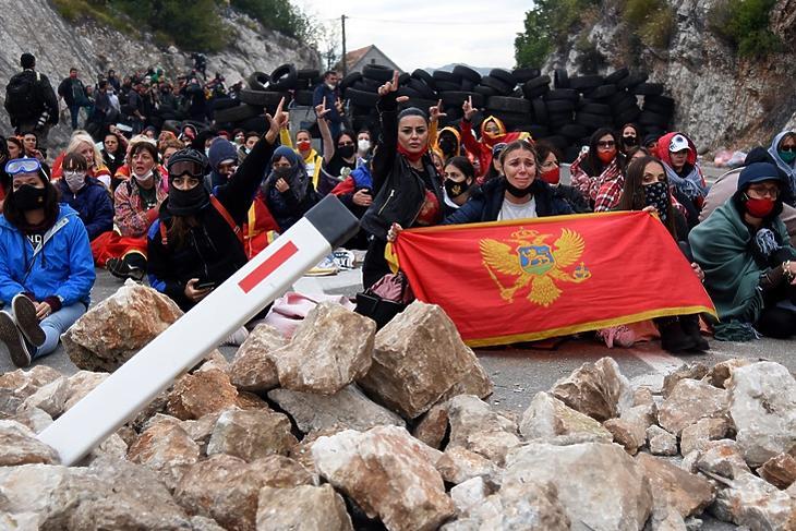 A beiktatás ellen tüntetők Cetinjében 2021. szeptember 5-én. EPA/BORIS PEJOVIC