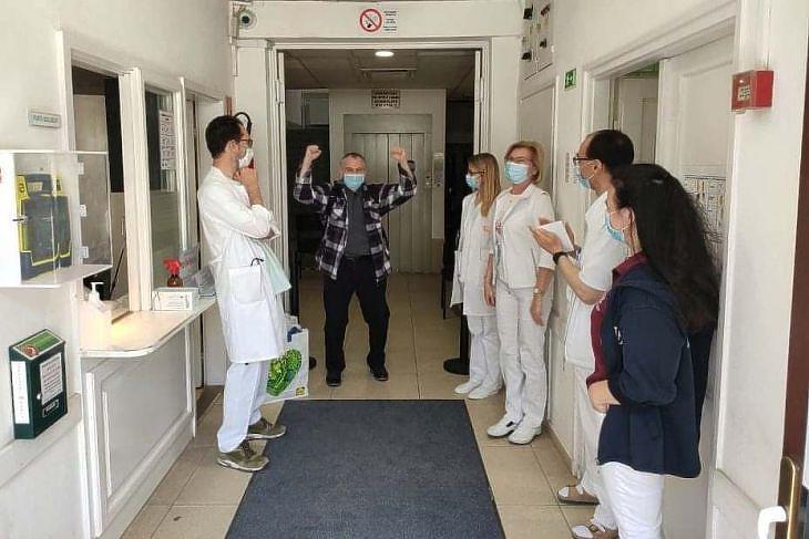 Koronavírus-fertőzésből kigyógyult férfi távozik a Budapesti Szent Ferenc Kórházból. (Forrás: Facebook/kórház)