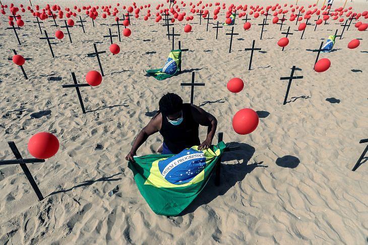 A Copacabana strandon Rio de Janeiróban egy installáció emlékeztet a koronavírus helyi áldozataira.  EPA/Antonio Lacerda