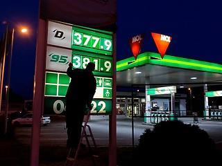 A benzin ára csökken, a dízelé nő szerdától