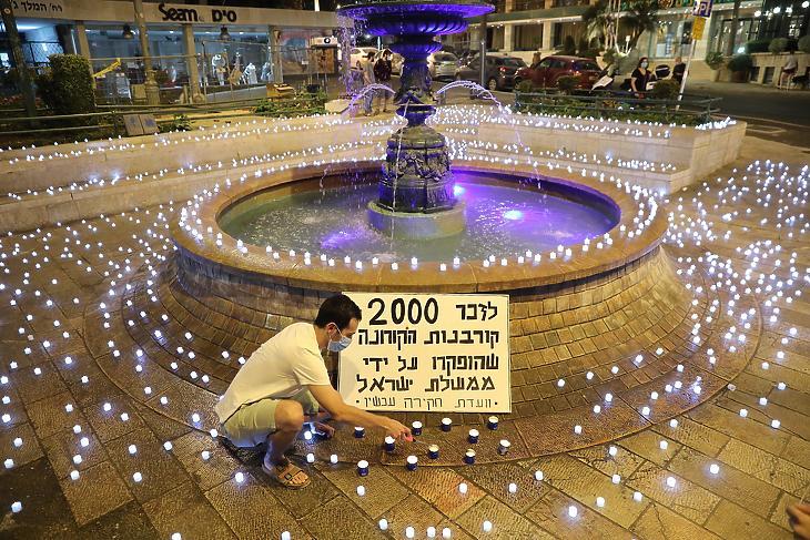 A koronavírus-járvány kétezer izraeli halálos áldozatának tiszteletére kétezer LED-égőt kapcsolnak fel tüntetők Benjámin Netanjahu izraeli miniszterelnök jeruzsálemi háza előtt 2020. október 12-én. A tüntetők szerint a kormány nem megfelelően irányítja a járvány elleni védekezést. (Fotó: MTI/EPA/Abir Szultan)