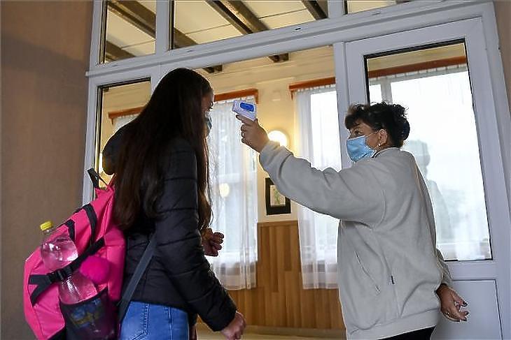 Ha az iskola kinyit, a szülőket is visszarendelhetik a munkahelyekre. Fotó: MTI