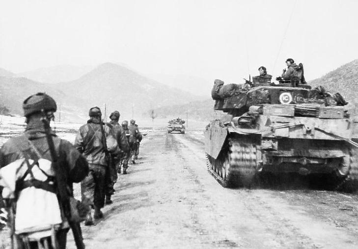Brit katonák vonulnak Koreában, 1951 márciusában. (Forrás: Wikipedia / Birodalmi Hadtörténeti Múzeum)