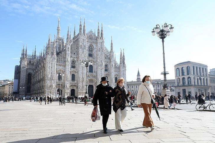 Védőmaszkot viselő idősek a milánói dómnál 2021. január 31-én. (Fotó: EPA/MATTEO BAZZI)