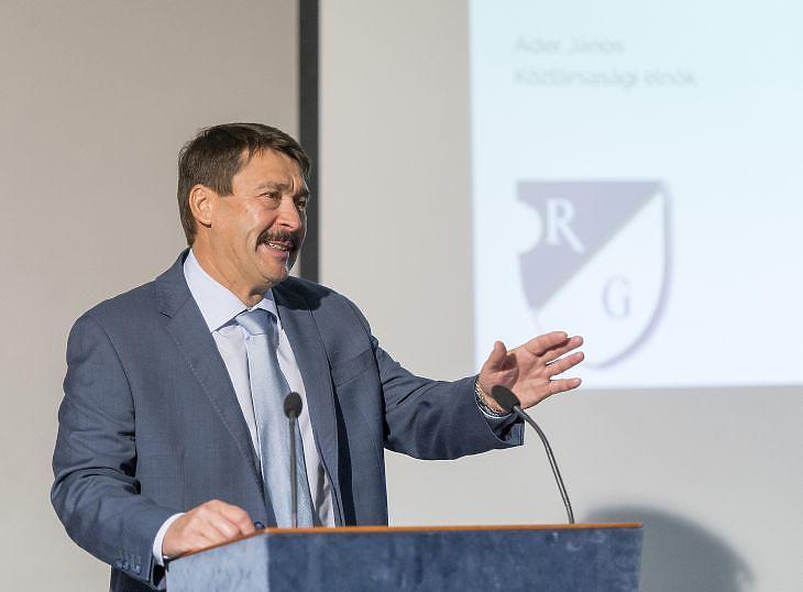 Áder János köztársasági elnök előadást tart a klímaváltozásról egykori iskolájában, a győri Révai Miklós Gimnáziumban 2019. december 7-én. (Fotó: MTI/Krizsán Csaba)