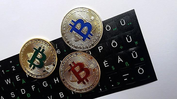 Bitcoin-emlékérmék magyar billentyűzeten (E. J.)