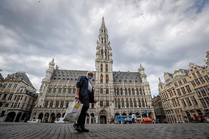 Egy idős ember sétál a brüsszeli Grand Place-n 2020. augusztus 20-án.  EPA/OLIVIER HOSLET