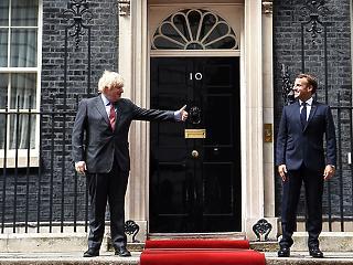 A nap képe: így mutogatott egymásnak Johnson és Macron
