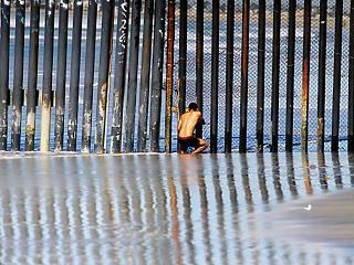 Tovább gyalogolnak a menekültek az amerikai határ felé