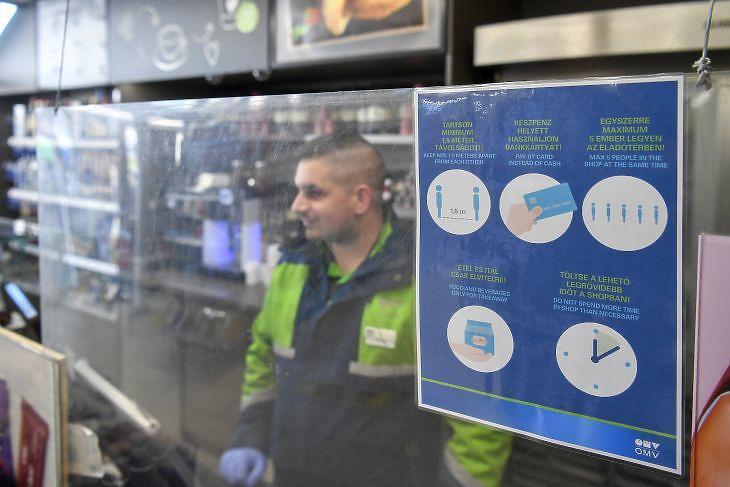 A koronavírus-járvány miatt plexiből készült elválasztófal védi a kasszánál dolgozót az OMV István úti töltőállomásán Debrecenben  (Fotó: MTI/Czeglédi Zsolt)