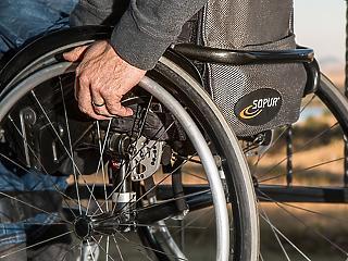 Pofon a kormánynak: jogellenesen vágták vissza a rokkantnyugdíjakat