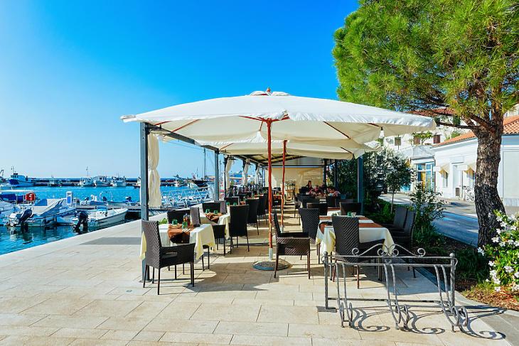 A tengerparti éttermek is várják már a vendégeket. Fotó: depositphotos