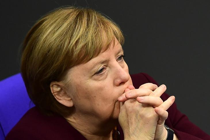 Töri a fejét a megoldáson - Angela Merkel a Bundestag ülésén Berlinben 2020. november 26-án. EPA/CLEMENS BILAN