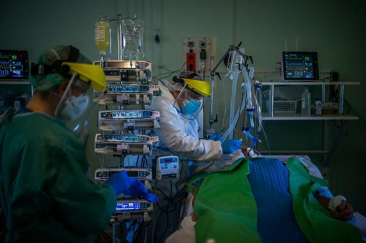 Orvos vizsgál egy lélegeztetőgépre kötött beteget a koronavírussal fertőzött betegek fogadására kialakított intenzív osztályon a Szent László Kórházban 2020. április 22-én. MTI/Balogh Zoltán