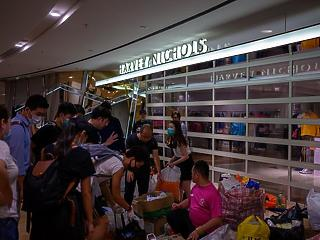 Bezuhant Hongkong gazdasága - kétszámjegyű visszaesés a turizmusban és a kiskereskedelemben