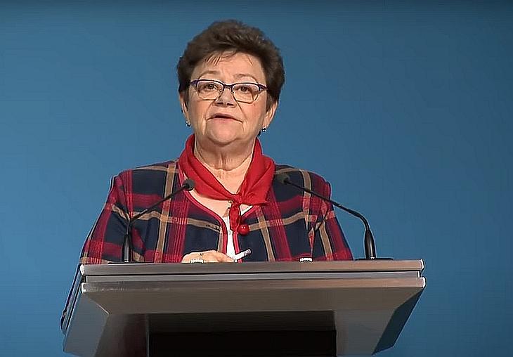 Müller Cecília (képünkön) a családtagokat arra kérte, hogy az idős hozzátartozókat segítsék a regisztrációban. Fotó: M1, YouTube