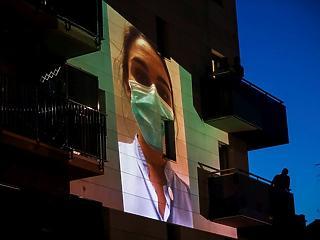 A nap képe: házfalakra vetítik a járvány ellen küzdő nővérek fotóit