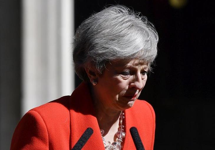 A nap képe: könnyek között búcsúzott Theresa May