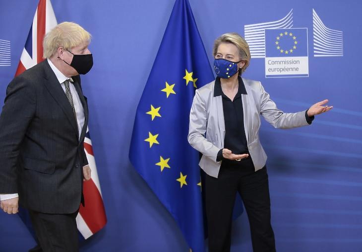 Ursula von der Leyen, az Európai Bizottság elnöke és Boris Johnson brit miniszterelnök  (Fotó: MTI/EPA pool/Olivier Hoslet)