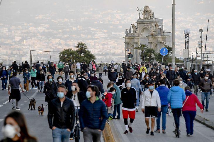 Sétáló emberek a nápolyi tengerpartnál 2020. május másodikán. EPA/CIRO FUSCO