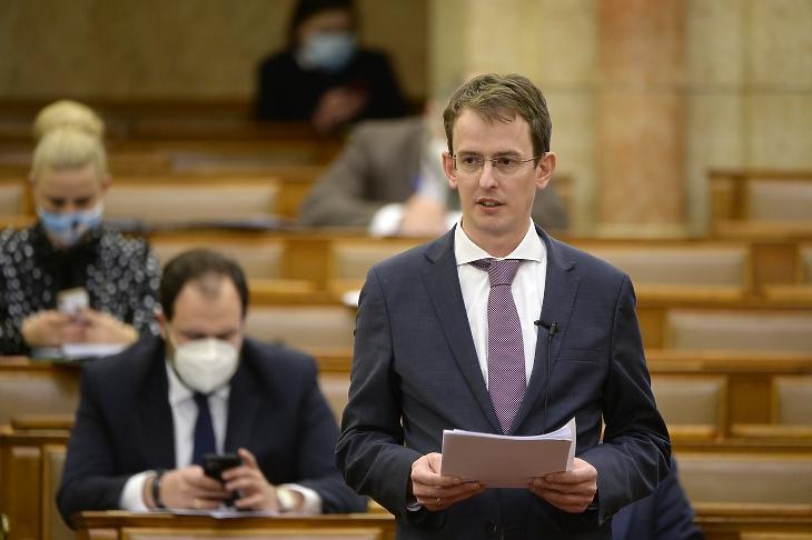 Ágostházy Szabolcs Imre, a Miniszterelnökség európai uniós fejlesztésekért felelős államtitkára ismerteti a kormány nyilatkozatát a 2021-27. évi ciklus EU-s forrásainak felhasználásáról szóló politikai vita elején az Országgyűlés plenáris ülésén 2021. március 22-én. MTI/Kovács Attila