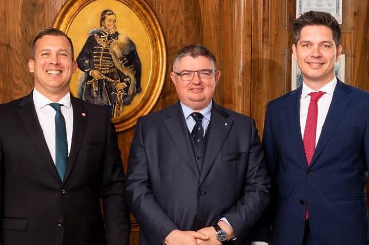 Itt még az egyik egyesülő bank vezetőjeként Balog Ádám (jobbra) Lélfai Koppány (BB) és Vida József (Takarékbank) mellett. Fotó: MTI