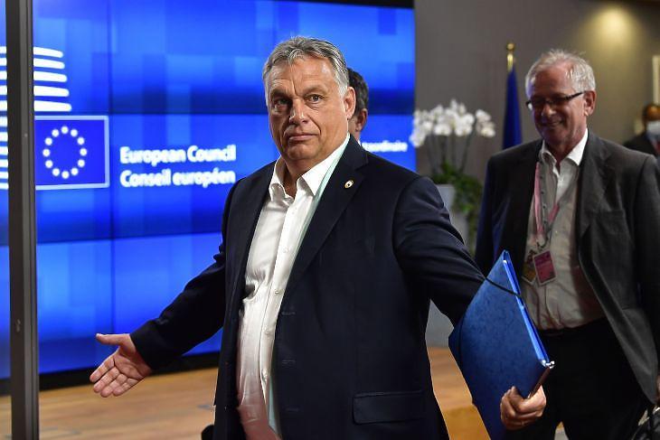 Orbán Viktor távozik a brüsszeli EU-csúcsról a tárgyalások aznapi vége után 2020. július 18-án. EPA/JOHN THYS