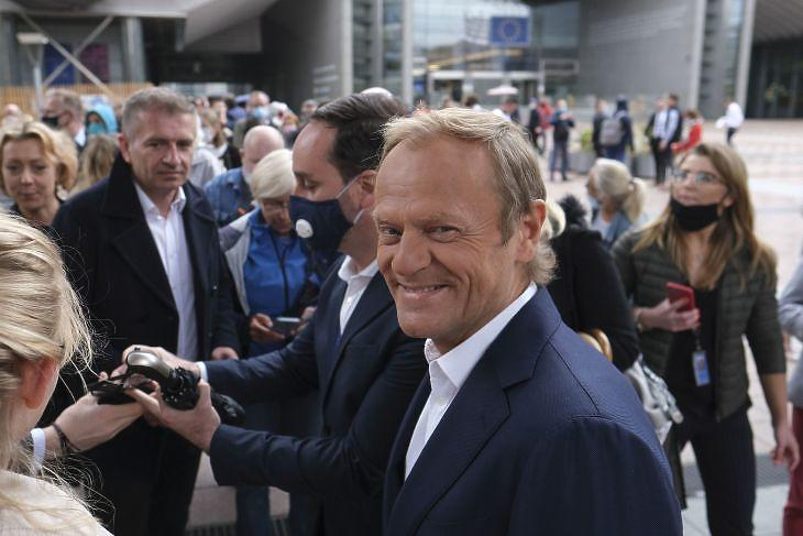 Donald Tusk, az Európai Néppárt elnöke az Európai Parlament brüsszeli épülete előtt 2020. június negyedikén. EPA/OLIVIER HOSLET
