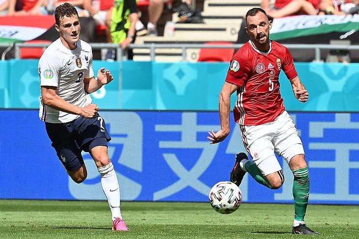 Hiába az eurófölény, Fiola Attila lefutotta Benjamin Pavardot szombaton a gólja előtt. Magyarország-Franciaország: 1:1. EPA/Illyés Tibor