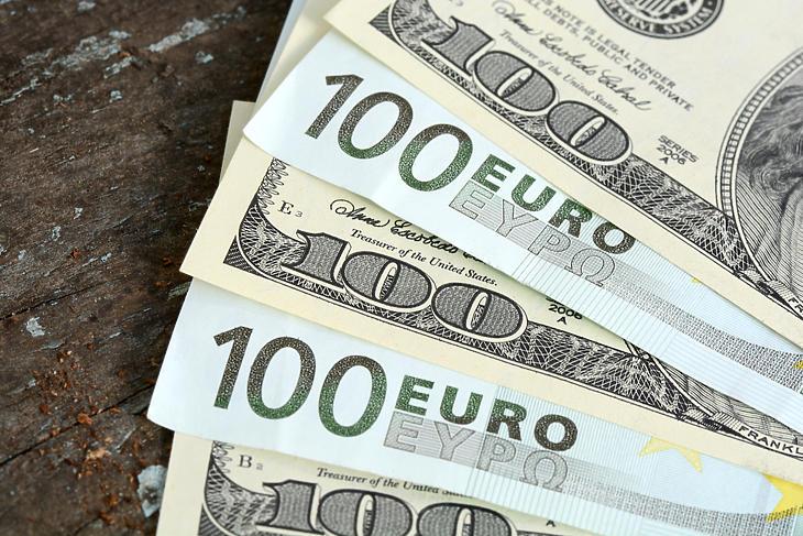 Csak öntik a pénzt a jegybankok (Fotó: depositphotos.com)