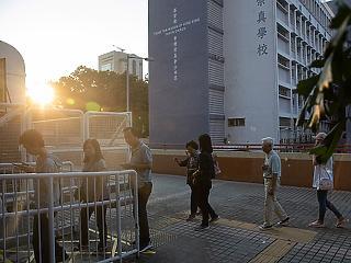 A nap képe: még sosem szavaztak ilyen sokan a tüntetésektől hangos városban
