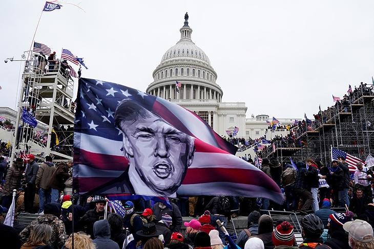Trump-párti tüntetők benyomulnak a Capitoliumba 2020. január hatodikán Washingtonban. (Fotó: EPA/WILL OLIVER)