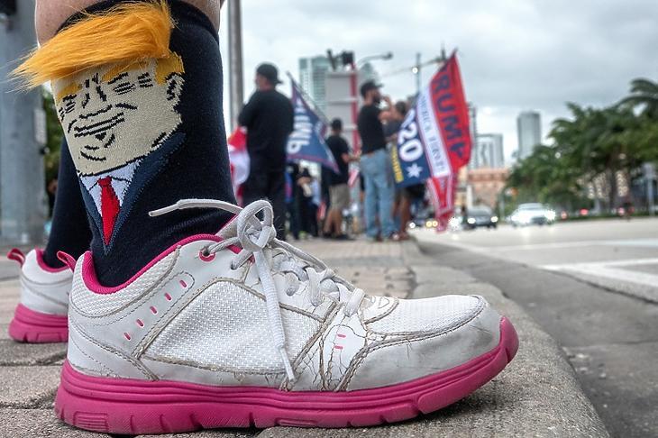 Trump-szimpatizánsok Miamiban 2020. október 15-én. EPA/CRISTOBAL HERRERA-ULASHKEVICH