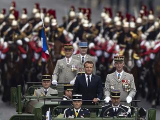 A nap képe: Párizsban parádézik Macron és Merkel