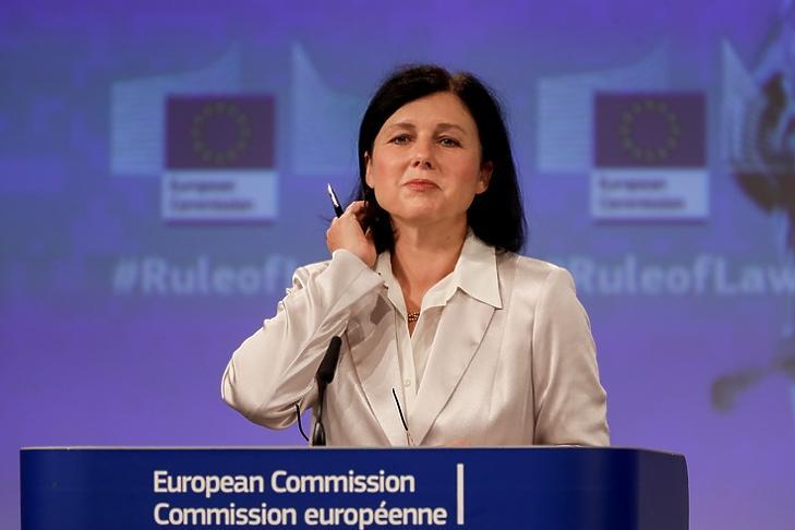 Vera Jourová, az Európai Bizottság alelnöke a jogállamisági jelentés bemutatóján Brüsszelben 2020. szeptember 30-án. EPA/OLIVIER HOSLET