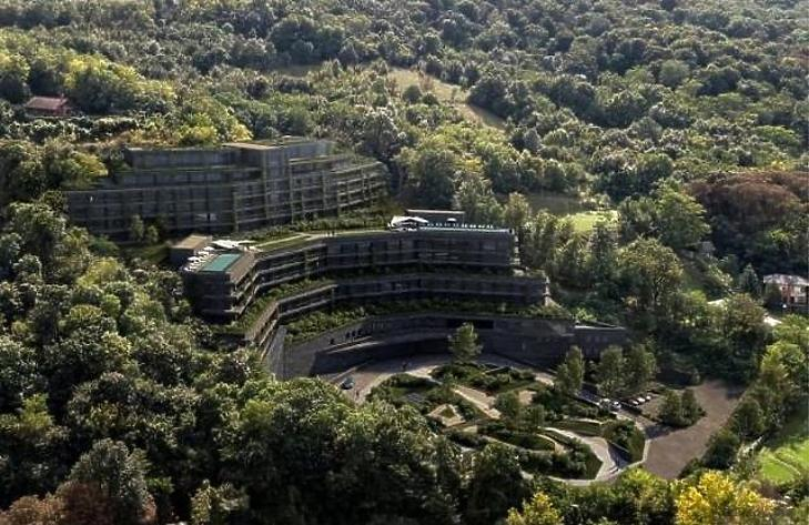 Mészáros Lőrinc üzlettársa fejezi be a visegrádi üveghegy-hotelt