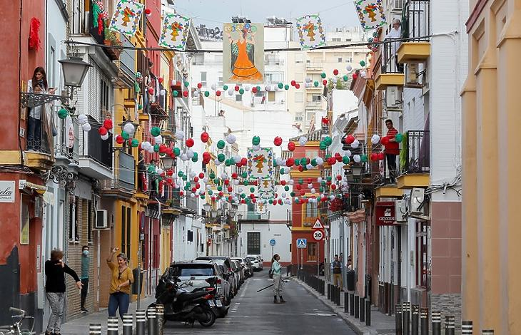 Az áprilisi vásár alkalmából feldíszített utca Sevillában 2020. április 25-én. A vásárt természetesen nem tartották meg. EPA/Jose Manuel Vidal