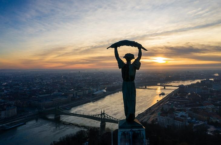 Budapest napfelkeltekor 2020. december 27-én. A szállodások attól félnek, még hónapokig ilyen üres marad a város - a kormány szerint ez alaptalan rémhír. Fotó: MTI/Mohai Balázs